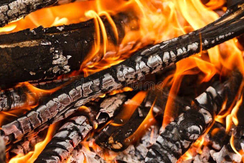 Carvão vegetal de queimadura e de incandescência com a chama e fumo quentes abertos fotografia de stock