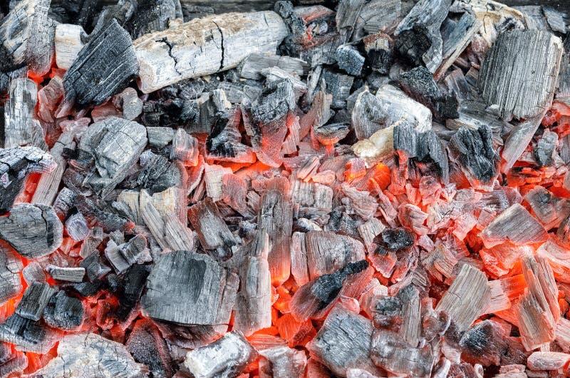 Carvão vegetal que queima-se na grade fotografia de stock