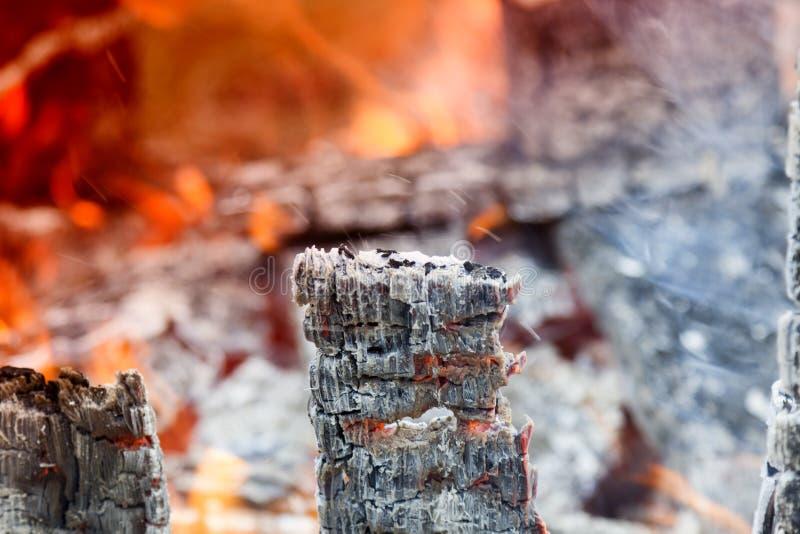 Carvão vegetal quente de incandescência na grade Pit With Flames Background Texture do BBQ, close-up imagens de stock royalty free