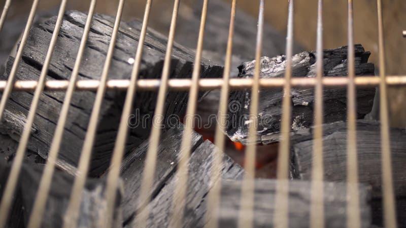 Carvão vegetal quente de incandescência na grade Pit With Flames do BBQ, close-up Os carvões ardentes fecham-se acima fotos de stock royalty free