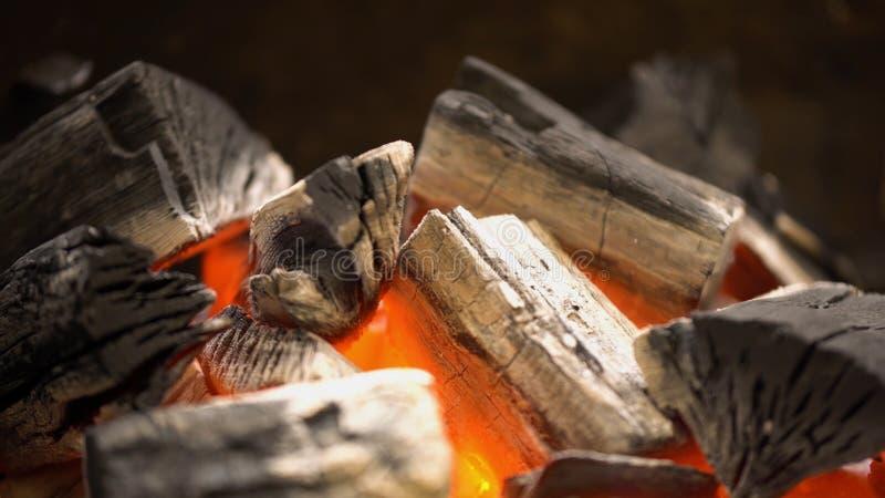 Carvão vegetal quente de incandescência na grade Pit With Flames do BBQ, close-up Os carvões ardentes fecham-se acima imagens de stock royalty free