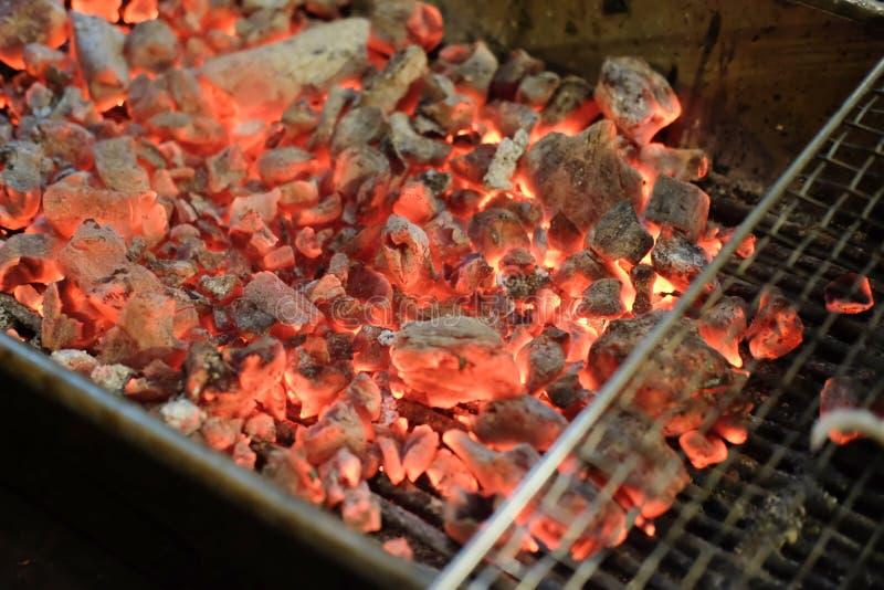 Carvão vegetal quente de incandescência no fogão do BBQ imagens de stock royalty free