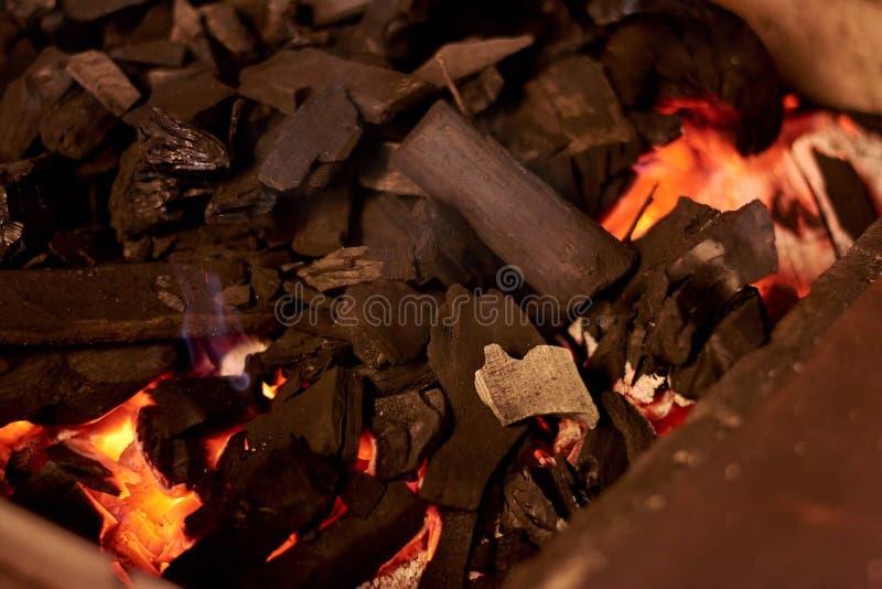 Carvão vegetal quente preto no fogão do BBQ foto de stock royalty free