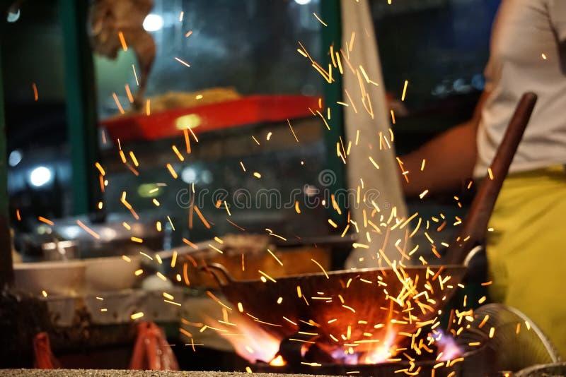 Carvão vegetal tradicional que cozinha a chama do fogo fotografia de stock royalty free