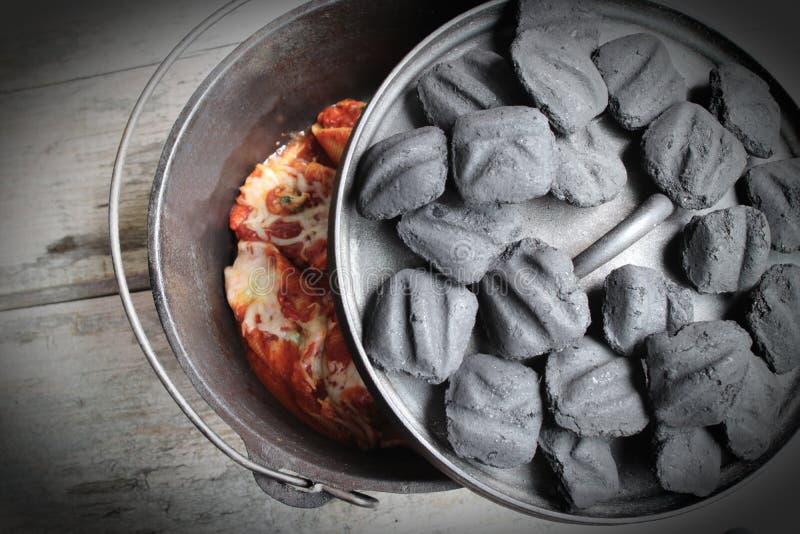 Carvões amassados de Oven Stuffed Shells With Charcoal do Dutch do ferro fundido fotos de stock