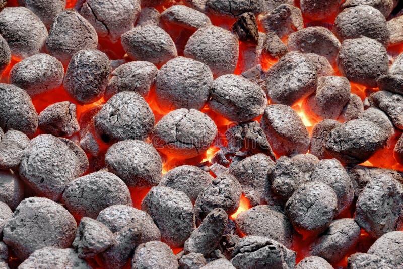 Carvões amassados de Pit With Glowing Hot Charcoal da grade do BBQ, close up imagens de stock