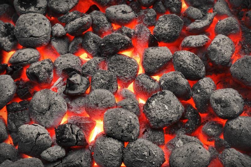 Carvões amassados de Pit With Glowing Hot Charcoal da grade do BBQ, close up foto de stock
