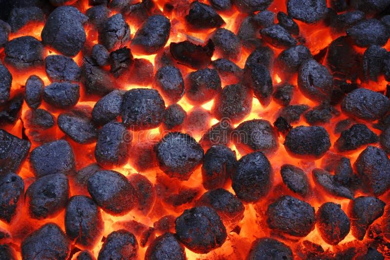 Carvões amassados de Pit With Glowing Hot Charcoal da grade do BBQ, close up fotografia de stock