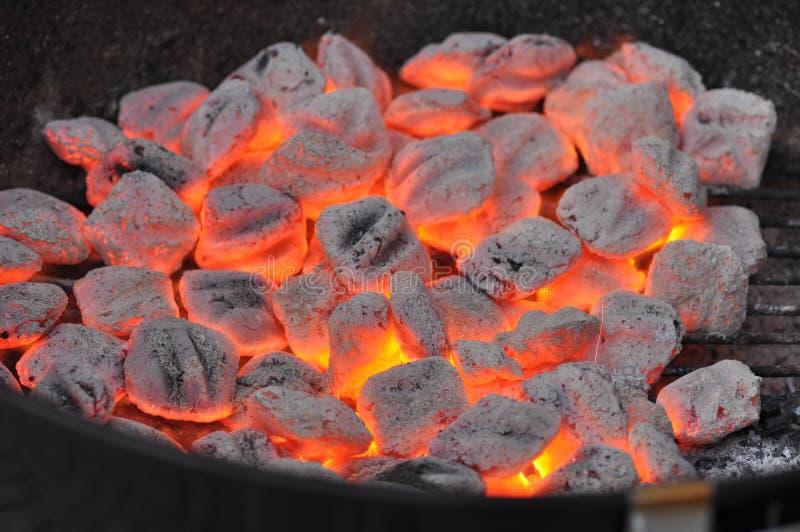 Carvões amassados quentes do carvão vegetal imagens de stock