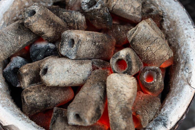 Carvões amassados quentes do carvão vegetal de Pit With Glowing And Flaming da grade do BBQ, fotos de stock royalty free