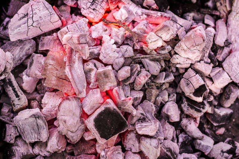 Carvões de queimadura do assado como o teste padrão fotografia de stock