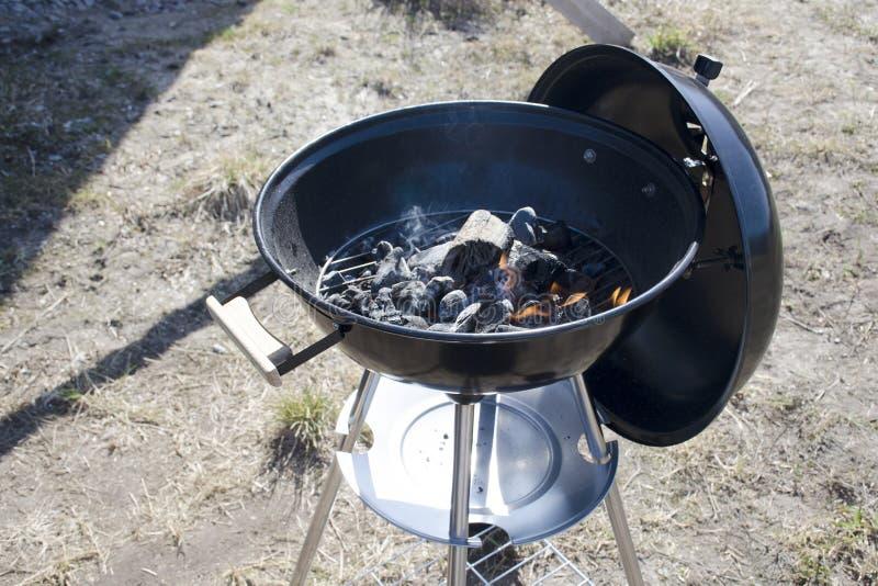 Carvões e madeira de queimadura em uma grelha da grade fotos de stock royalty free