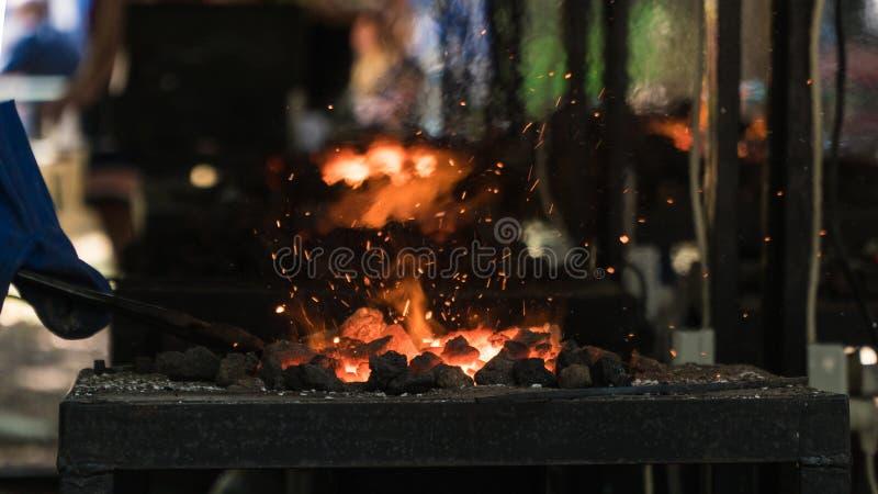 carvões Ferro de derretimento o fogo no forno imagem de stock royalty free