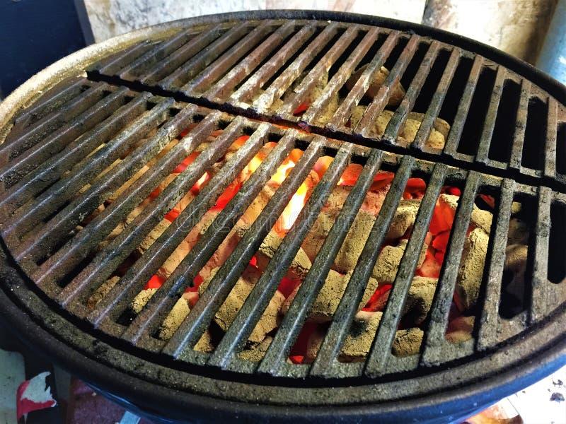 Carvões quentes em Weber Joe fumarento fotos de stock royalty free