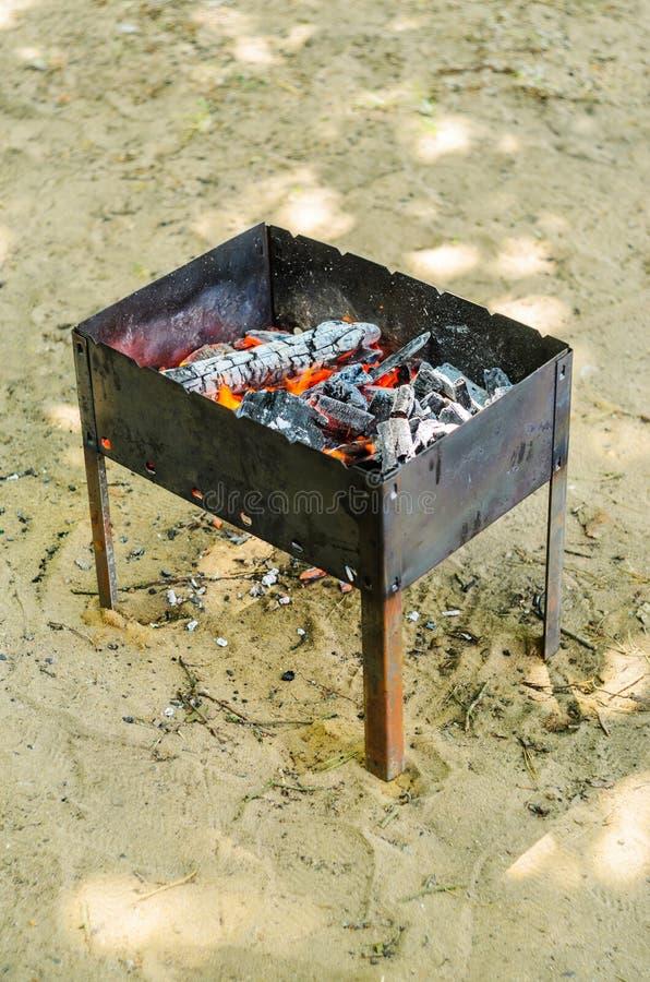 Carvões quentes no poço do BBQ fotografia de stock royalty free