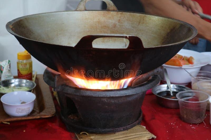 Carvões quentes que aquecem acima a bandeja para cozinhar bem fotos de stock royalty free