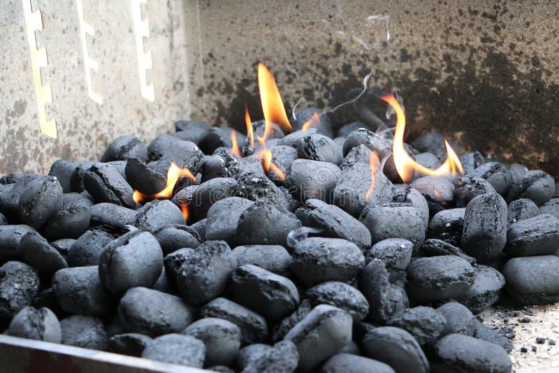 Carvões vegetais ardentes na grade fotos de stock
