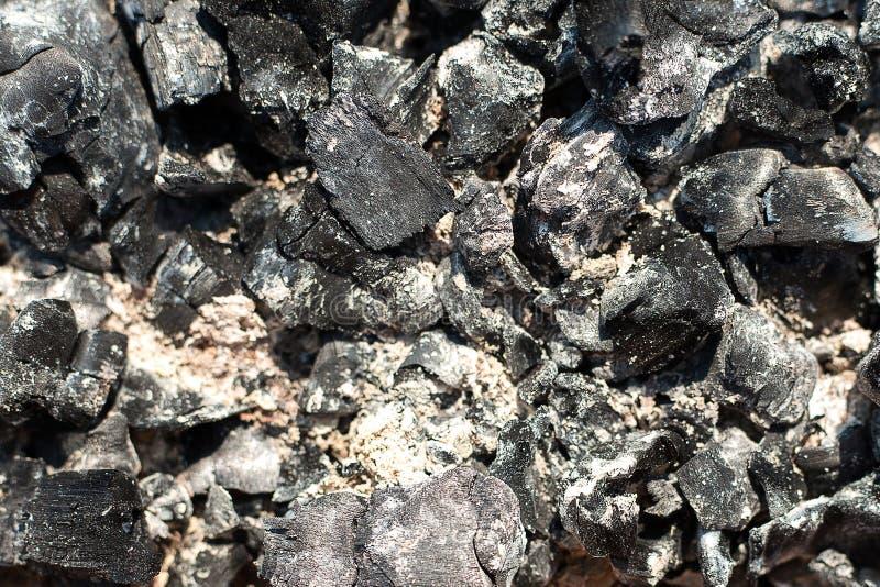 Carv?es em um inc?ndio extinto Fundo natural Sobras do carv?o de madeira e das cinzas ap?s a combust?o da lenha fotos de stock