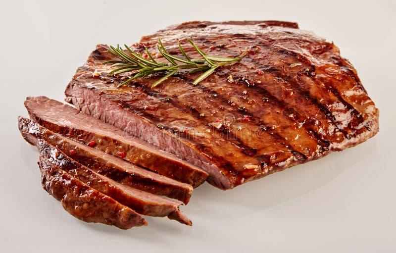 Carved烤媒介罕见的牛后腹肉排 免版税库存图片