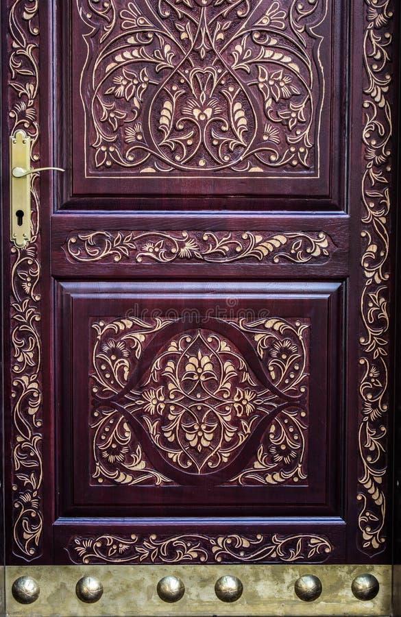 Carved позолотило дверь с латунными деталями и ручкой стоковые фото