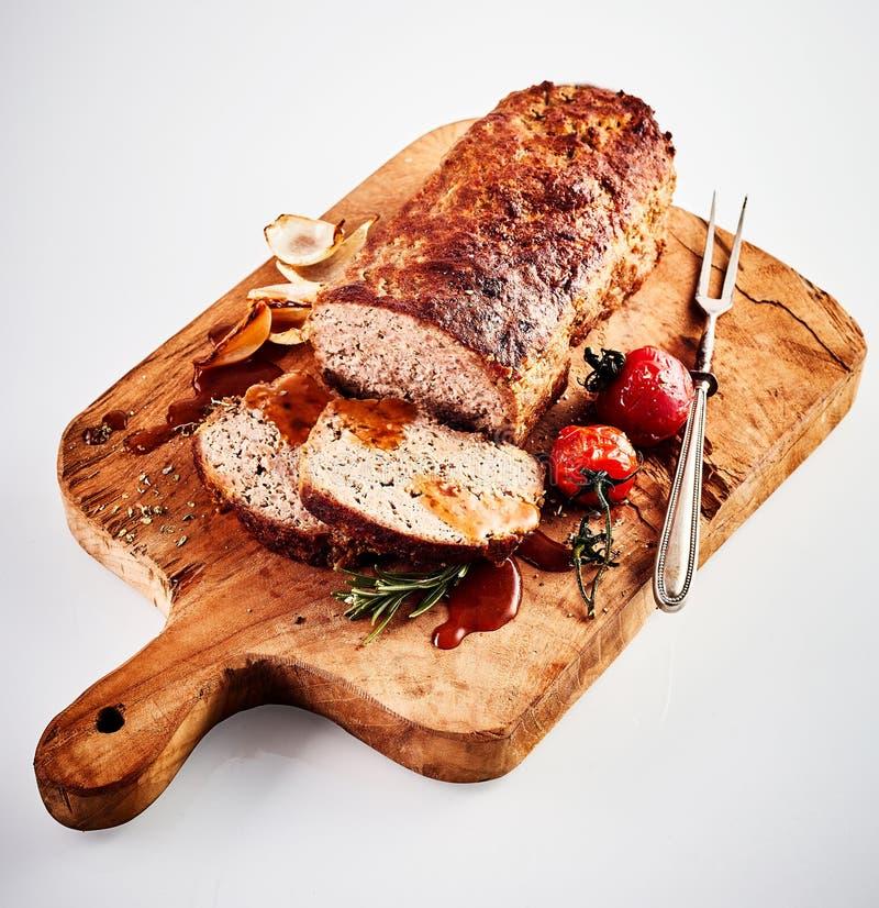 Carved asó el pan con carne en una tajadera foto de archivo