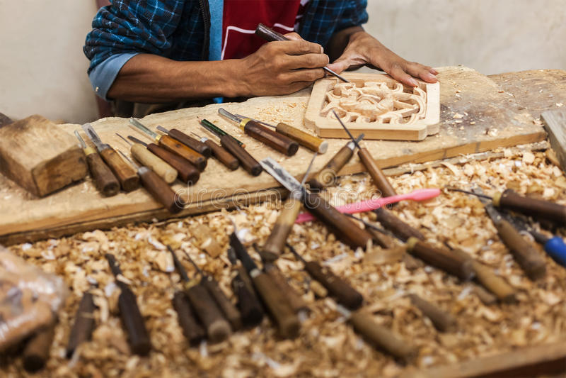 Carver dans le travail du bois photos stock