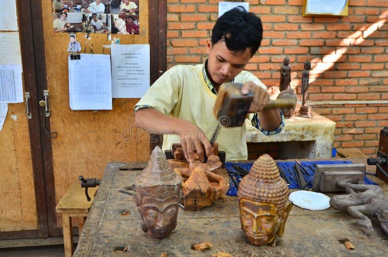 Carver de madera en el trabajo foto de archivo libre de regalías