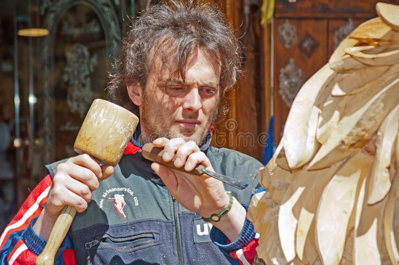 Carver de madera en el trabajo en la cortina, Italia imagen de archivo libre de regalías