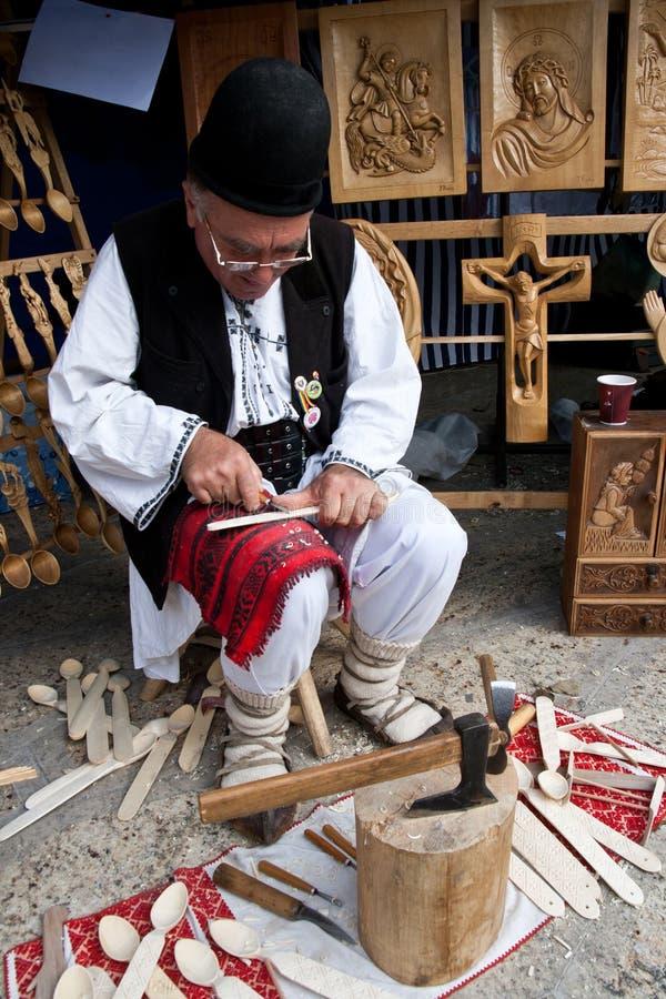 Carver de madera tradicional rumano fotos de archivo