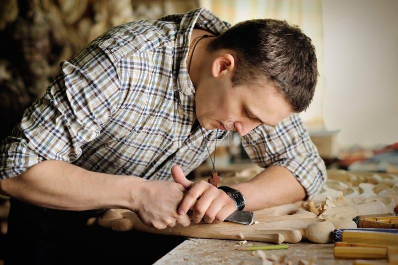 Carver en taller de la talla de madera imágenes de archivo libres de regalías