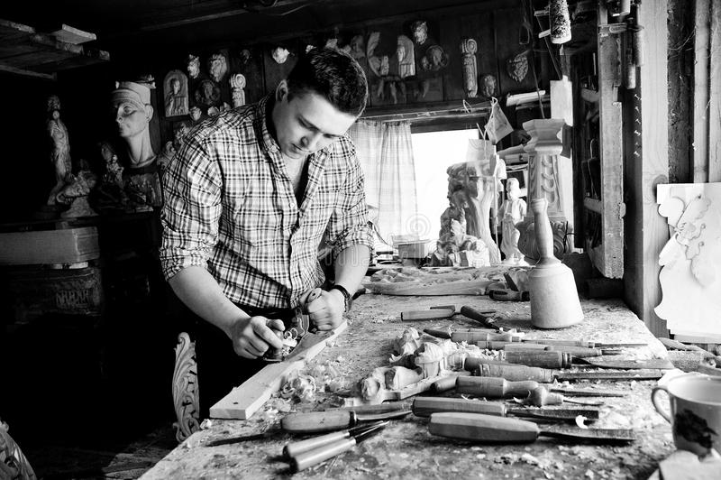 Carver en taller que talla con el cincel imágenes de archivo libres de regalías
