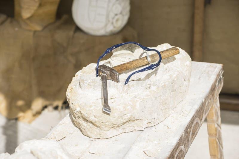 Carver, herramientas medievales tradicionales de la escultura en un viejo mercado adentro imagen de archivo libre de regalías