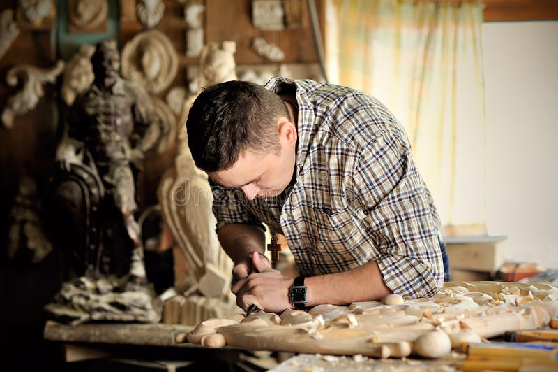 Carver que trabaja en su taller fotografía de archivo libre de regalías