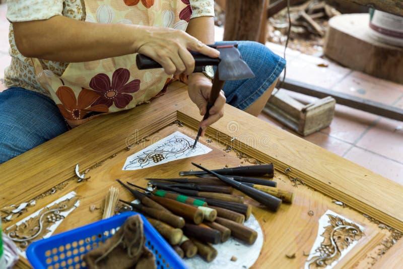 Carver que trabaja en Tailandia fotos de archivo libres de regalías