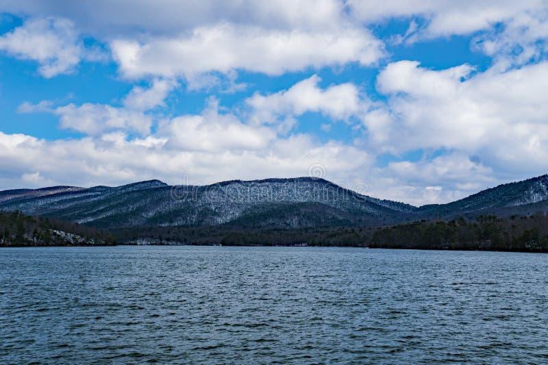 Carvin Cove Reservoir en Blikslager Mountain een de Wintermening stock afbeelding