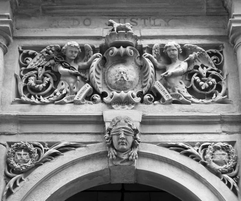 Carvings auf dem Eingang über der Tür des Halifax-Rathauses ein f lizenzfreie stockfotografie