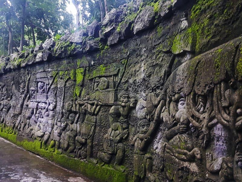 Carvings das histórias da mitologia do Balinese nas paredes perto da entrada na floresta do macaco, Ubud, Bali, Indonésia imagens de stock