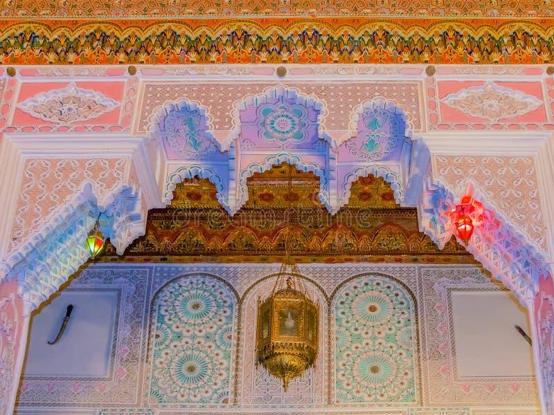 Carvings marroquinos do teto do arabesque imagem de stock