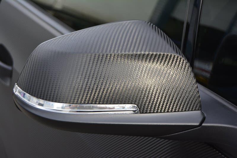 Carwrap dell'ala di wingmirror dello specchio degli specchi del carbonio che avvolge il vinile dell'involucro fotografie stock libere da diritti