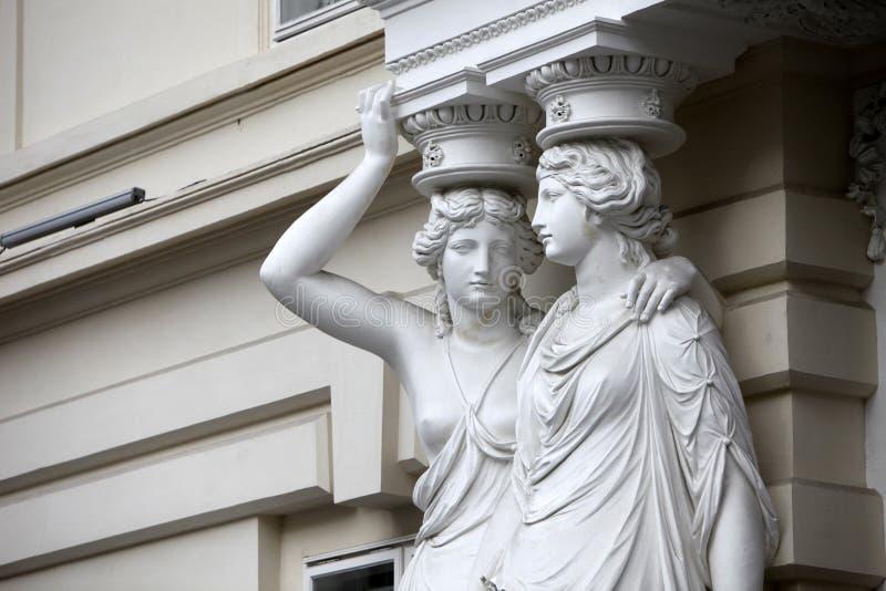 caryatid Статуи 2 молодых женщин в вене стоковые изображения rf
