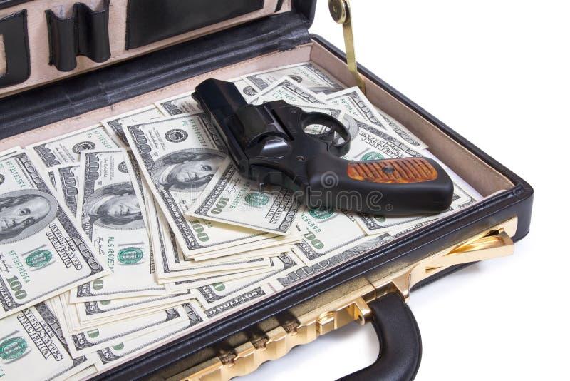 Cas avec de l'argent et l'arme à feu photographie stock libre de droits