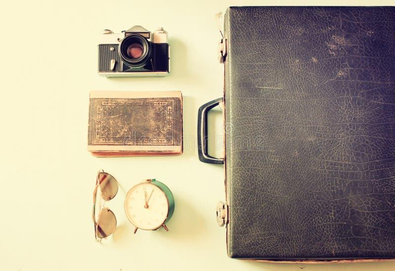 Cas avec de vieilles lunettes de soleil et horloge d'appareil-photo Image filtrée photos stock
