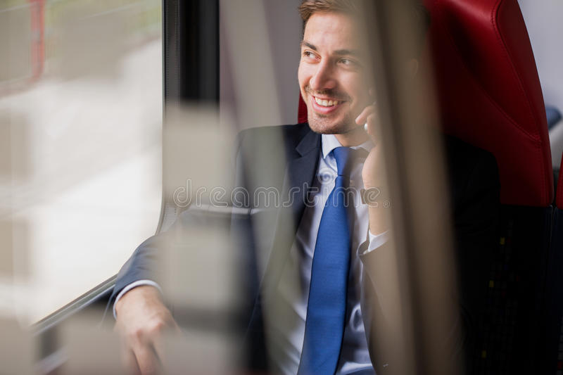 Cas d'affaires dans le train photo stock