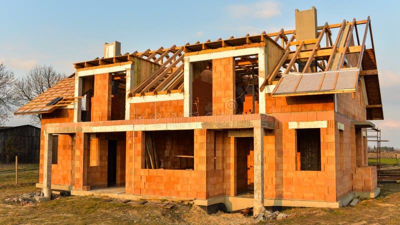 Casa áspera da construção de tijolo sob a construção fotografia de stock