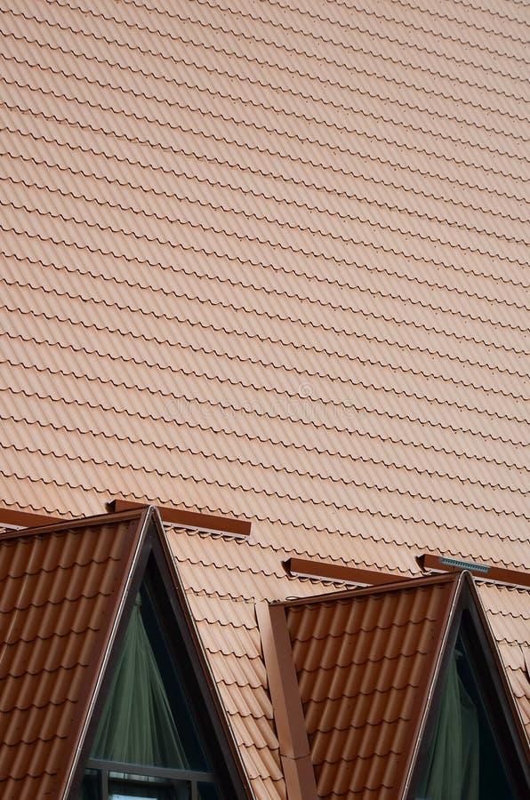 A casa é equipada com o telhado de alta qualidade de telhas do metal Um bom exemplo do telhado moderno perfeito A construção é re imagens de stock royalty free