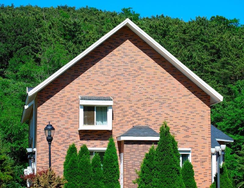 Download Casa imagem de stock. Imagem de tijolo, moradia, gramado - 10052911
