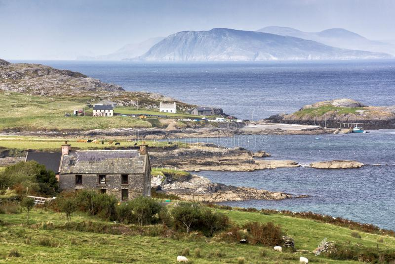 Casa abandonada com Seascape da península de Beara fotografia de stock