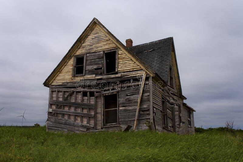 Casa abandonada da exploração agrícola imagens de stock