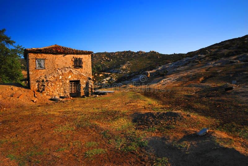 Casa abandonada da exploração agrícola em Greece fotos de stock royalty free