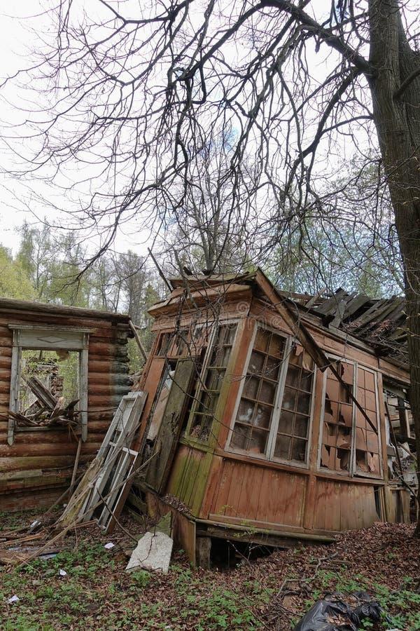 Casa abandonada da ru?na, arquitetura de madeira, restos, destrui??o do alojamento fotos de stock
